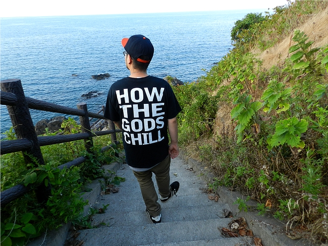 Cold World のTシャツ。階段をおりながらの撮影
