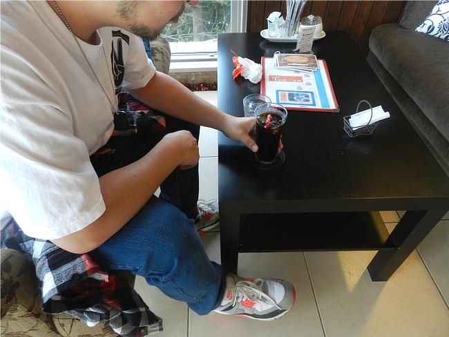 ユアーデマイズのTシャツとブルージーンズのコーデ着席写真