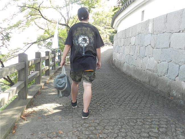 The Faceless Autopsy T-Shirtと迷彩ショートパンツとエレクトリック・ゾンビのバッグのコーデ後ろ姿