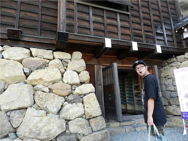 ザ・フェイスレスのT-ShirtとElectric Zombiのジムバックのコーデ、福知山城入口にて
