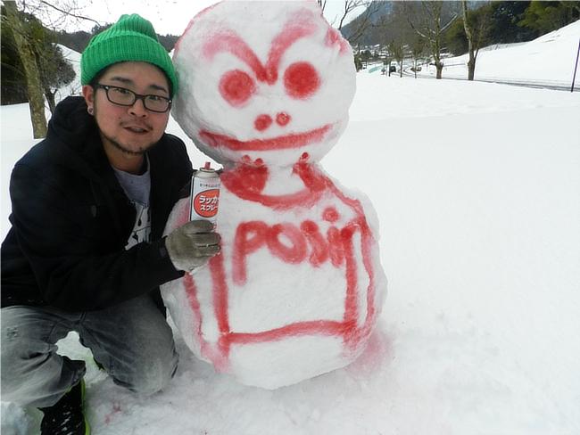 グレイブテイカーのデニムジャケットで雪だるまと記念撮影