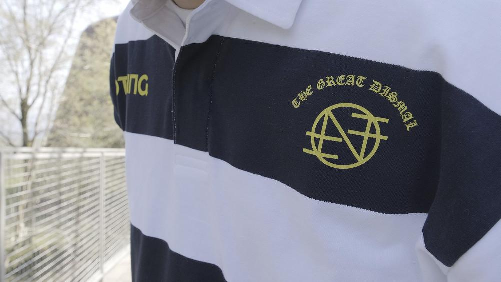 バンドマーチのホッケーシャツは人気だが、さらに土臭いラグビージャージは多くのリクエストをいただいていたアイテム!個人的にも待望の一枚だ!先日リリースされたDKMのラグビーシャツに続きNOTHINGからも!ホワイトとネイビーのボーダー、ネイビーに映えるイエローのバンドロゴ、裾にはタグ、袖にはN-04とプリント